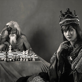 Chess master & the queen by Dikye Darling - Black & White Portraits & People ( queen, black and white, chess, master, portrait )