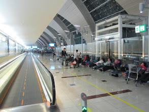 Photo: Couloirs bordant le hall central, et dans lequel se trouve les portes d'embarquement et surtout tout le long des chaises longues pour se reposer.