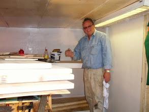 Photo: Theo bezig met de voorbereidingen voor de kooien op de bok
