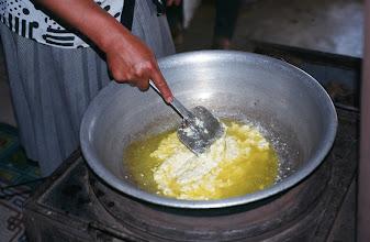 Photo: 03213 ブルド/バスハダール家/シャル・トス(乳製品)作り/ウルムを弱火で煮るとモロモロの状態になり、液体のシャル・トスと残りのツァガーン・トスができる。