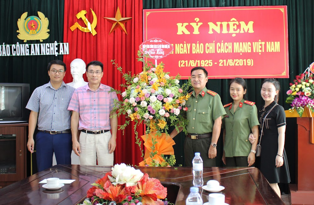Ngân hàng Chính sách xã hội tỉnh Nghệ An chúc mừng Báo Công an Nghệ An