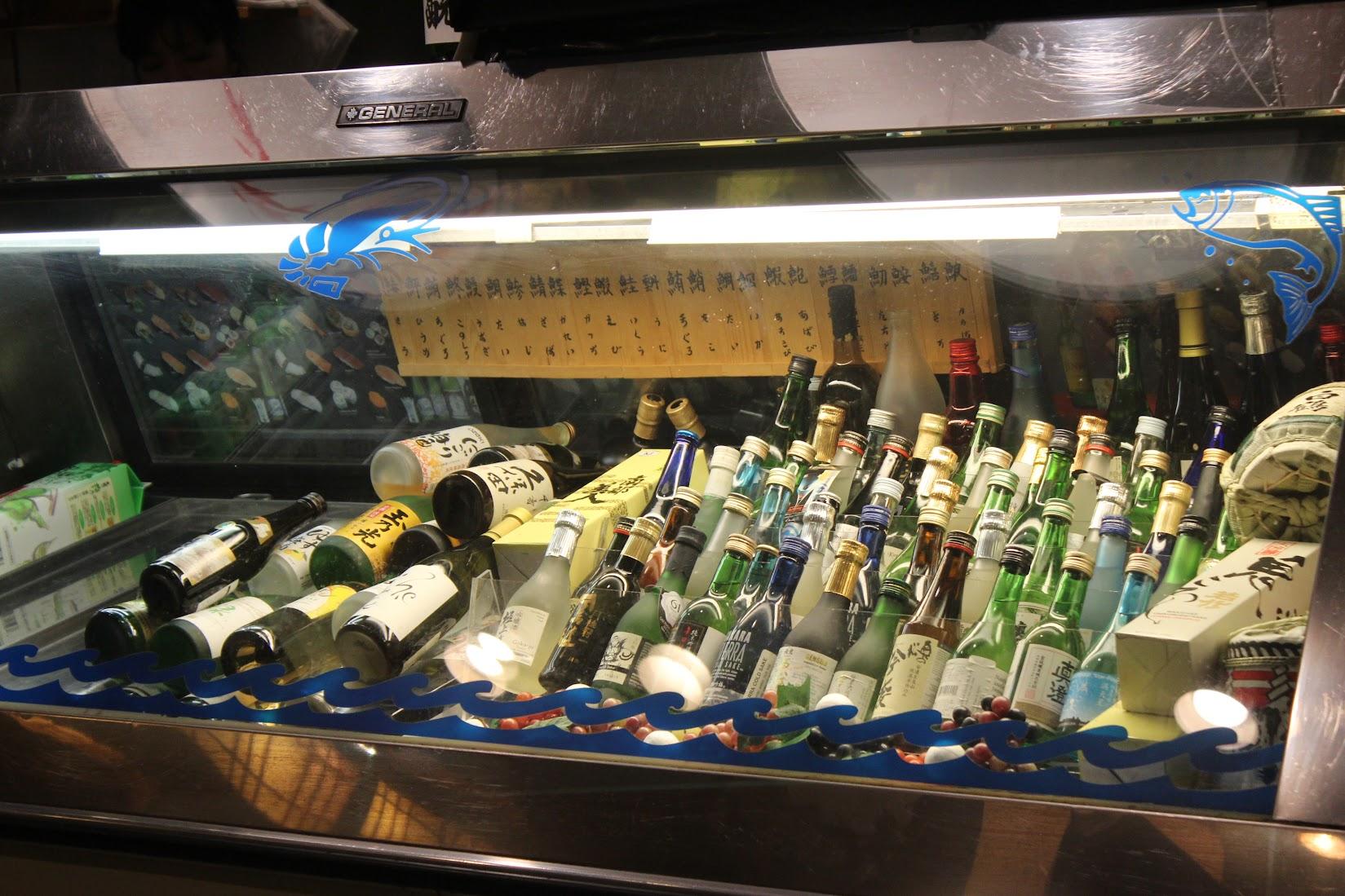 """Ichiban Fish House 냉동실에서 취급하는 """"생선"""" 주류가 음식보다 많은 비중을 차지하는 게 마치 내 냉동실을 보는 것 같다."""
