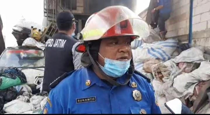 20 Damkar Diterjunkan Untuk Menjinakan Kobaran Api di Gudang Barang Bekas
