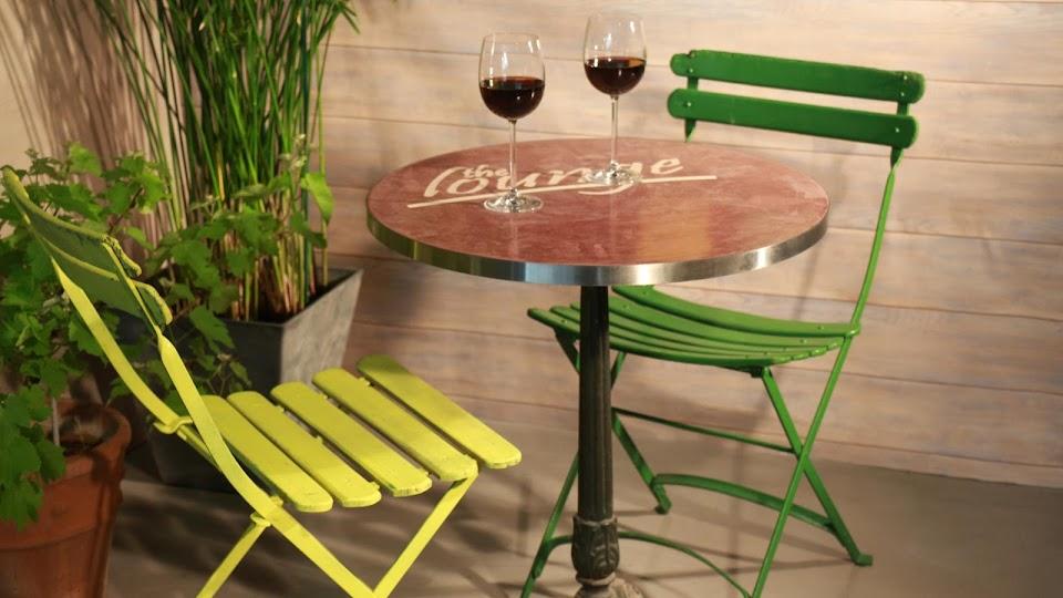 Table Bistrot réalisée avec incrustation de logo en béton ciré