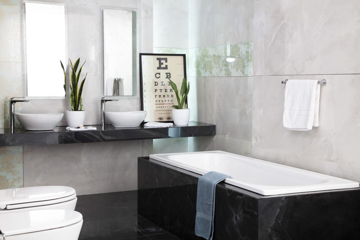 ¿Qué piso elegir si querés un baño elegante? Elegí unos porcelanatos símil piedra en blanco y negro en los pisos y paredes.