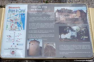 Photo: Plaque avec descriptif de l'Hôtel de ville et parcours touristique