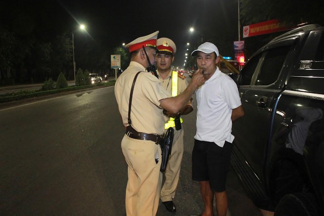 Lực lượng Cảnh sát Giao thông kiểm tra nồng độ cồn đối với người điều khiển phương tiện khi tham gia giao thông