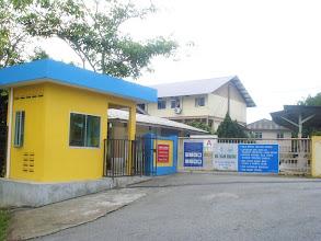 Photo: PINTU UTAMA. Pintu masuk utama ke Sekolah Islam Hidayah.  Anda perlu mendapat kebenaran dari jaga di Pondok Pengawal (bangunan kuning kiri) sebelum masuk ke kawasan sekolah.