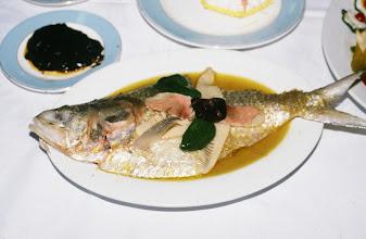 Photo: 11079 鎮江/金山飯店/清蒸鰣魚/鰣魚の上に水晶肴肉をのせて蒸したもの。