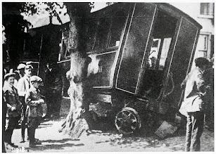 """Photo: 1930 Ongeval met locomotief 16 van ZNSM in de Liesbosstraat, voor boerderij """"De Koe"""" van Nooren."""