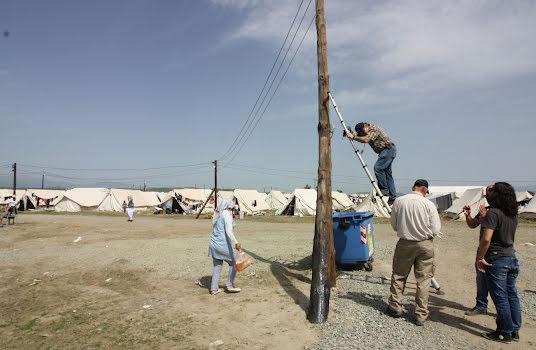 Un homme installe le Wi-Fi dans un camp de réfugiés.