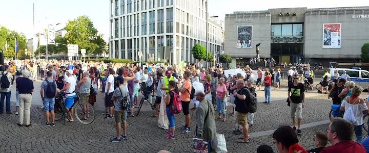 Menschenmenge vor der Kunsthalle.
