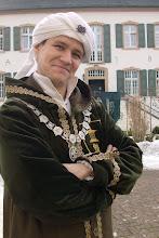 Photo: Der Akademieleiter Zylo vor seiner Akademie.