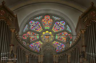 Photo: In Originalsubstanz ist vom gotischen Bau nur der Chor erhalten geblieben.  Im Kircheninneren können 12 bunte Glasfenster bewundert werden.