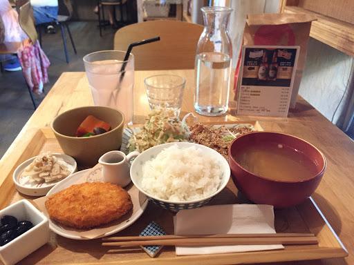 可樂餅好吃😋跟日本一樣 但薑汁豬肉肉質偏硬、飯口感特別,飲料味道偏淡。