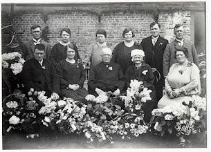 Photo: 1928 Groepsportret ter gelegenheid van het gouden huwelijksfeest van het echtpaar Van Gurp-Schellekens aan de Heilaarstraat.