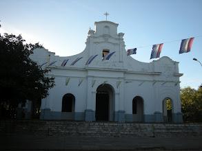 Photo: 近郊の町カピアタの教会。 パラグアイでかなり古い教会のひとつだそう。 日曜のミサ前だからか、子供達が周辺をずっと掃除してました。 (こちらは日本と違いゴミがとてもたくさん落ちています)
