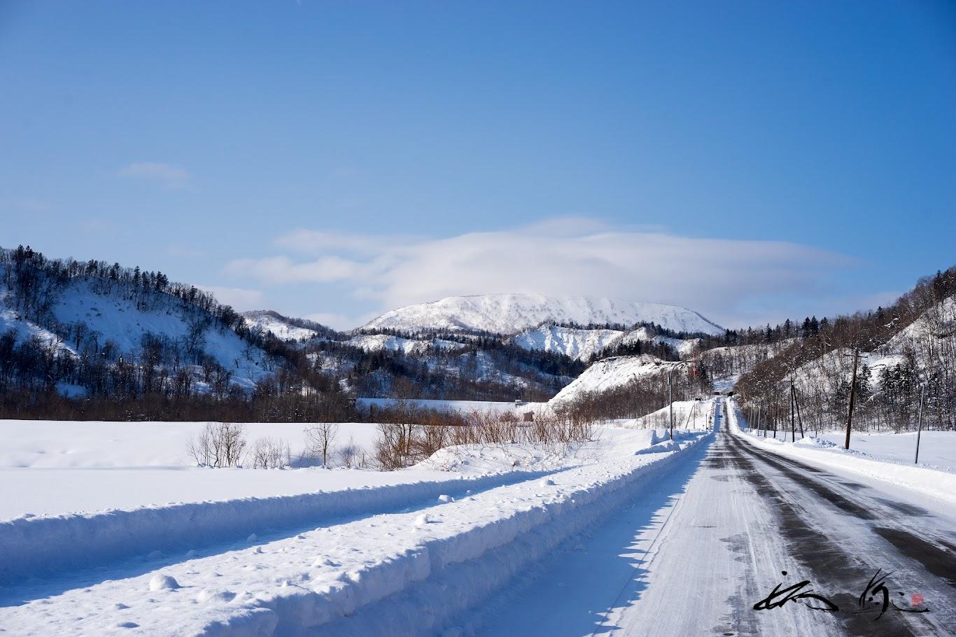 雪道に続く影