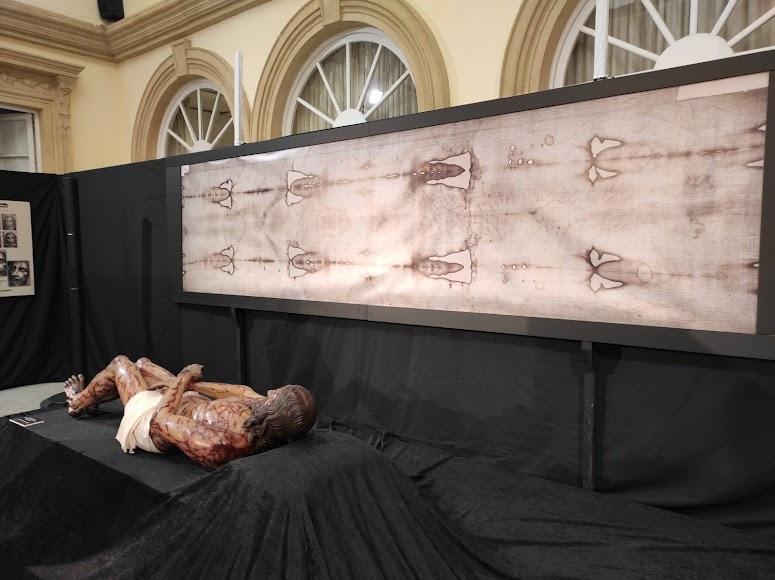 Reproducción de la Sábana Santa y del cuerpo envuelto en ella.
