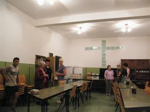 Photo: Emmausi munkatársak és holland vendégek az ebédlőben.