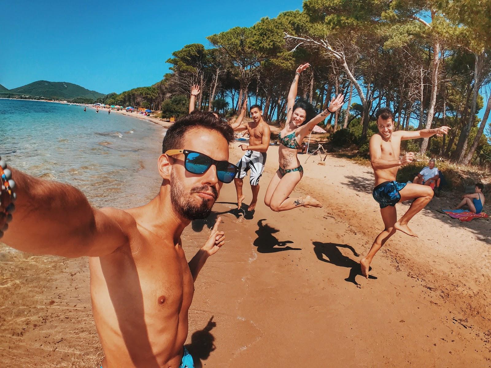 Homens e mulheres posando e pulando para selfie com diferentes tipos de biquínis.