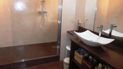 Sol, douche et plan de vasque réalisés entièrement en enduit décoratif