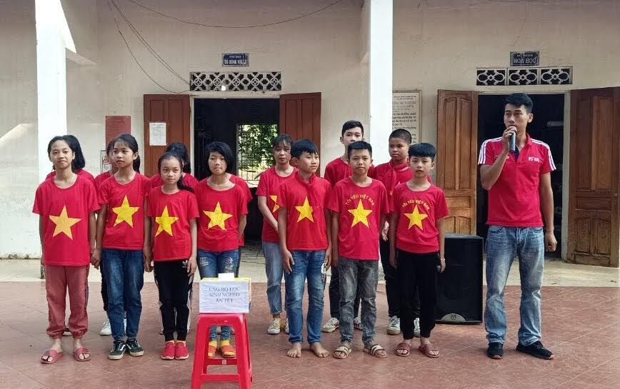Thầy giáo Phan Hiếu Nghĩa hướng dẫn các em học sinh thực hiện nghi thức đội