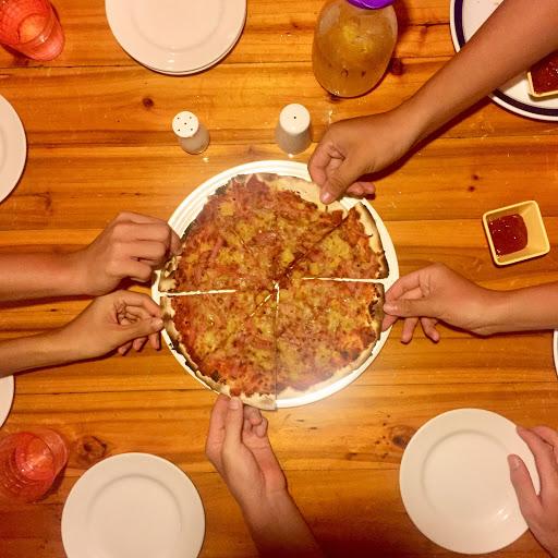 從墾丁大街頭走到墾丁大街尾 只有阿美披薩店的風格我比較喜歡🤤 - 點了一個號稱月月銷售奪冠的夏威夷鳳梨披薩🍕 他們的餅皮是薄片的 薄脆好吃 雖然我自己比較愛厚餅皮啦 鳳梨還蠻有水分的 而且甜度也夠