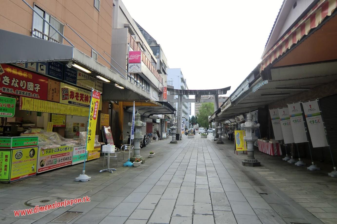 CIMG1540 Calle saliendo de los Jardines Suizenji (Kumamoto) 15-07-2010