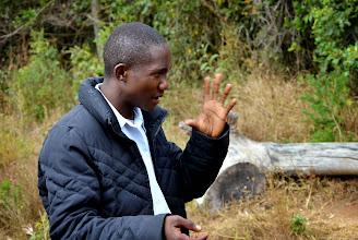 Photo: Student Stefan z Aruši vysvětluje svůj příběh jediného adventisty u nich doma.