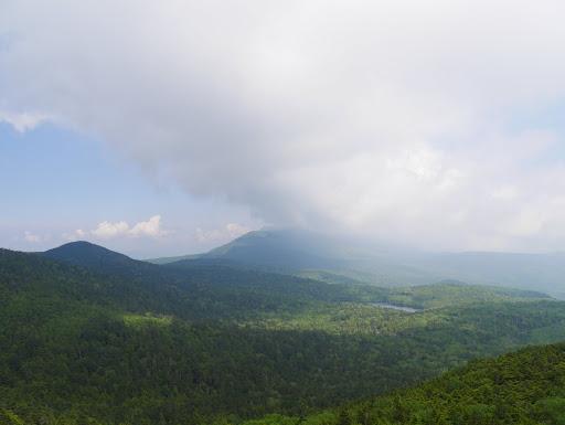 白駒池と奥に蓼科山