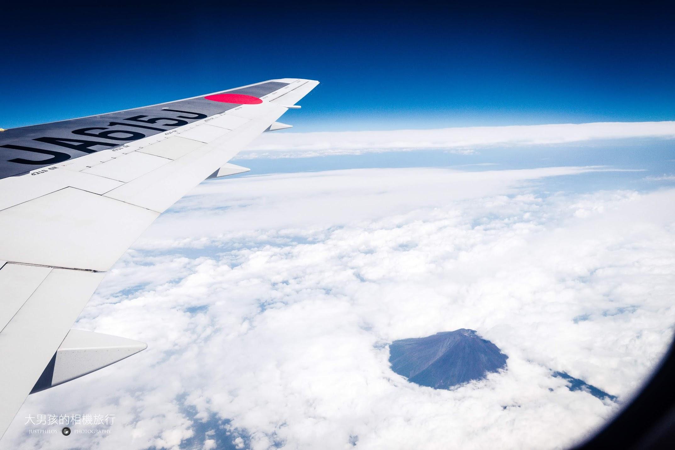 往返東京的航線有機會可以從飛機上看到富士山(圖為2015搭乘紀錄的照片)。