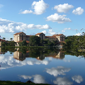 Barreiro by Odilon Simões Corrêa - Buildings & Architecture Office Buildings & Hotels ( water, clouds, pwcarcreflections, building, green, lake, mirror, brazil, sky, nature, blue, sunny, trees, day, hotel, HDR, Landscapes )