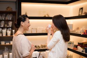化粧品専門店で働く美容部員