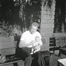 Photo: Hochsommer 1959: Der stolze Vater mit dem zweiten Sohn in der Ruhezone - links von der Brücke (nordöstlich) - am Ischelandteich.