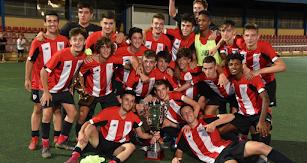 Los campeones del Athletic posando con la Copa.