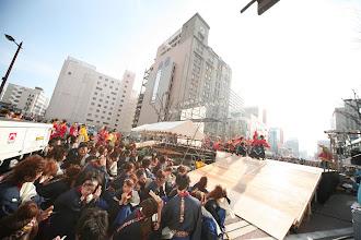 Photo: 2013年に行われた「第13回 浜松 がんこ祭」の写真です。がんこ祭は楽器の街浜松ならではの全国でも唯一「楽器を持って踊ること」のルールの元に、全国から約4500人の参加者と観客10万人が集まる毎年三月に行われるお祭りです。 ■ヤマハ前会場  「浜松 がんこ祭 公式ホームページ」 http://www.ganko-matsuri.com/  2014年は3月15日(土)16日(日)と二日間開催されます。100を越えるチームが優勝を目指し、元気溢れる踊りを披露し、16日の浜松中心街において表彰される最優秀チームの栄誉を目指して競い合います。  ※photo 「zeki」 http://zeki72.exblog.jp/  direct 「株式会社マツヤマデザイン」http://www.md-f.jp/