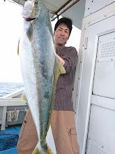 """Photo: うおおおーっ!ナイスフィッシュ! """"ヤマサキさん""""、7.4kgのヒラスキャッチ! 「めっちゃー、引いたぞーっ!」"""