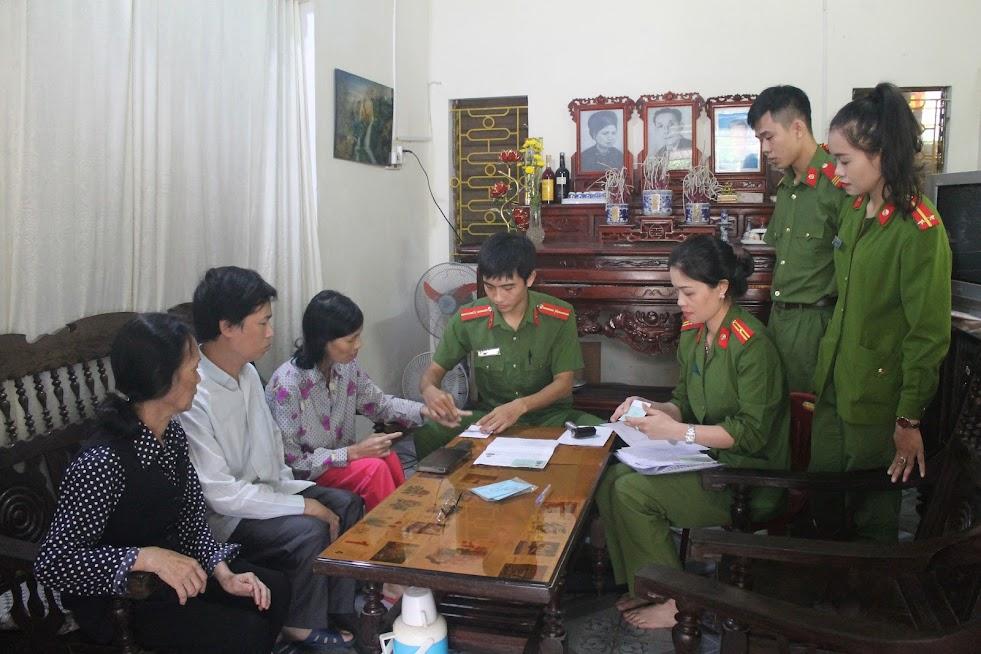 Cán bộ chiến sỹ Công an Nghệ An xuống tận nhà làm thủ tục cấp CMND cho người bị bệnh hiểm nghèo