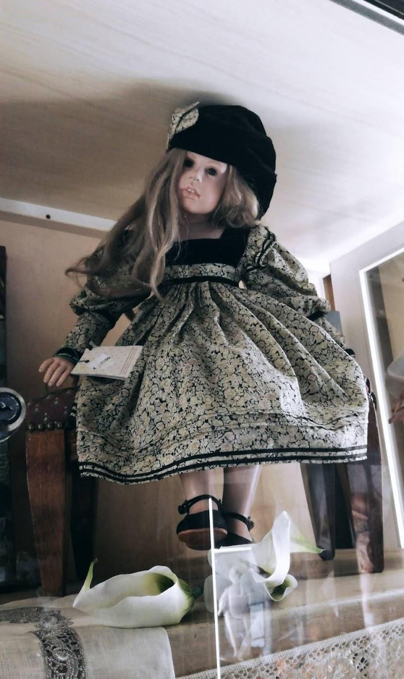 Bambola con occhi neri di Maria Rebecca Ivone