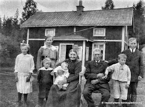 Photo: Torpa  1915-20 Lars Perssons familj i Torpa. I mitten mormor och morfar Persson, ?   och Lars Persson, barnen fr v Magda, Gerda, Elna bredvid mormor, Margit i mormors knä, Martin bredvid morfar Gunnar längts t h Föräldrarna till barnen hette Matilda och Johan Karlsson (ej med på bilden) Matilda var från Juteboda i Löa