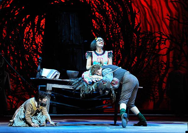 Foto: Wiener Staatsoper: HÄNSEL UND GRETEL. Inszenierung Adrian Noble. Premiere 19.11.2015. Ileana Tonca, Michaela Schuster,  Daniela Sindram. Copyright: Barbara Zeininger