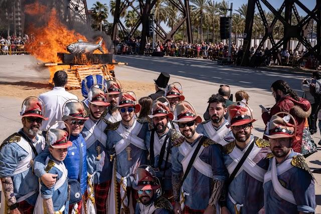 La quema de la Sardina y la comparsa Yunque y Copla, como testigo.