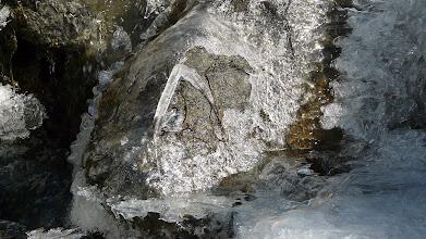 Photo: Die kleinen Bäche sind zugefroren, es ist kalt am Morgen