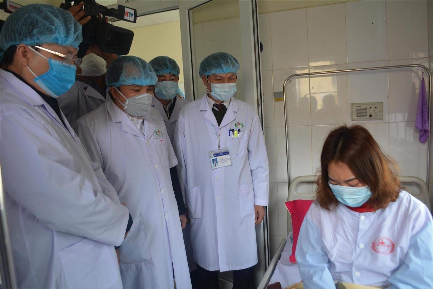Đoàn công tác UBND tỉnh đi kiểm tra và thăm sức khỏe bệnh nhân nghi nhiễm virus Corona - Ảnh: Hồ Hưng