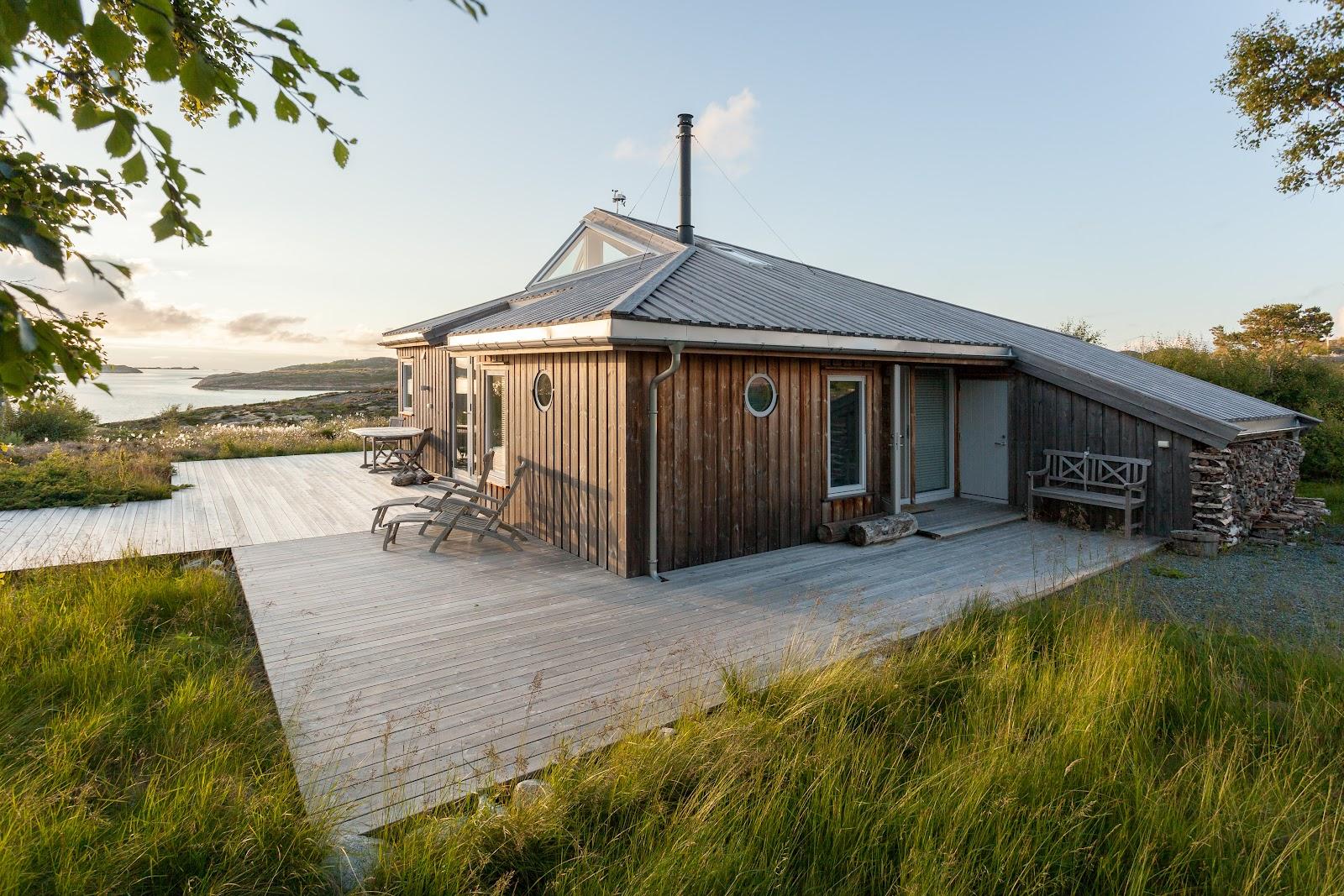 Kebony Character fasade hus mørkebrun skrå takvinduer Lysøya Norge