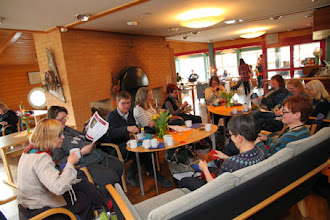 Photo: På fredagen började deltagarna strömma in antingen ta plats vid brasan eller delta i workshops...något som upprepas år efter år
