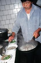 Photo: 03557 土城子/食堂/麺料理/セイロにホーロー床子で押し出し、蒸して羊肉のスープ、香菜、トウガラシの油漬けの薬味で食べる。