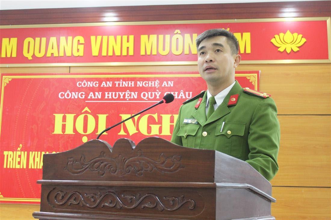 Đồng chí Trung tá Nguyễn Hàm Thắng – Phó Trưởng Công an huyện Quỳ Châu báo cáo tóm tắt kết quả công tác Công an năm 2020 và triển khai nhiệm vụ năm 2021 của đơn vị.