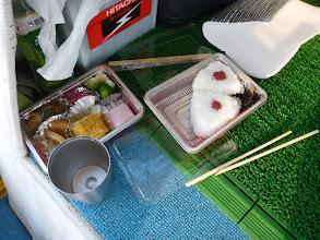 Photo: 「弁当食ってたら、ウキが入るし!」
